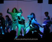 Geschminkte kinderen met warrige haren staan al schreeuwend op het podium