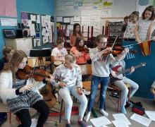 Leerlingen spelen instrumenten