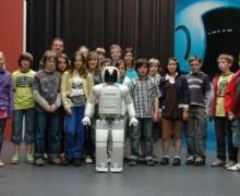 Kinderen staan rond robot