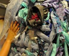 Reuzenbaby gemaakt uit oude kleren en stoffen