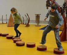 Leerlingen maken muziek door op ronde houten instrumenten te springen