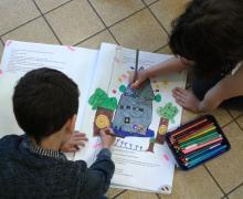 2 kinderen maken een tekening van een toren