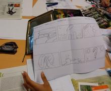 Tekening van een draaiboek met als thema de klimaatproblematiek. In de achtereenvolgende shots zien we respectievelijk: (1) een bankje in een grasveld, (2) fabrieken en een auto, (3) een nieuwe planeet, (4) handen die voor de natuur bidden, (5) vuilnis en afval en (6) een tekening van de natuur met een vraagteken erover.