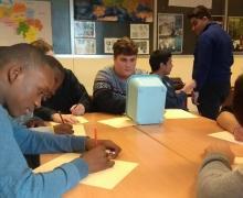 Jongeren schrijven hun ideeën op blad papier