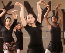 4 jonge vrouwen dansen ballet