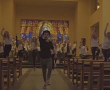 Leerlingen houden een flashmob in een kapel