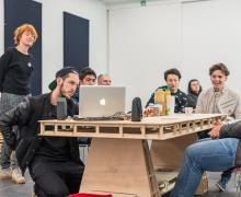 Leerlingen, Boris Zeebroek en rapper Froze kijken naar computer