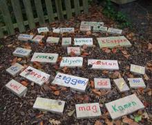 Een gedicht gevormd door stenen. Op elke steen staat een woord van het gedicht