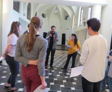 Leerlingen staan in een kring
