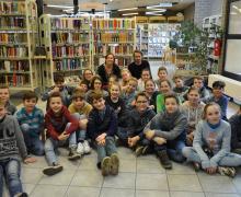 Leerlingen zitten in de bibliotheek