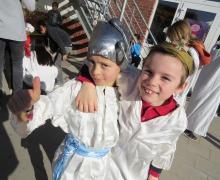 Kinderen verkleed als de Oude Romeinen in een wit kleed en klassiek Romeins hoofddeksel