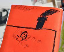 Tekening van een schoorsteen. Naast de schoorsteen staat geschreven 'De bel gaat' 'Tring tring tring tring'.