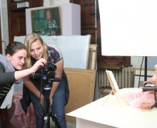 2 leerlingen nemen foto van een barbiepop