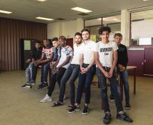 Groepsfoto van enkele jongeren en auteur Fikri El Azzouzi