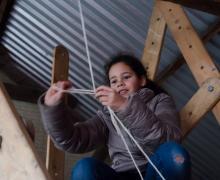 Meisje maakt knoop in touw