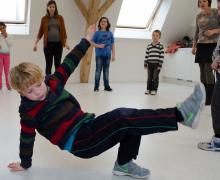 Jongen breakdancet