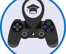 Playstation gameconsole waaruit een afstudeer hoedje uitkomt