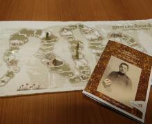 Ganzenbordspel en het bijbehorend boekje 'Dagboek van ons vluchtelingsleven en ons Soldatenleven' van Jerome Seynhaeve. Op het ganzenbord staan pionnetjes in de vorm van soldaten.