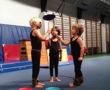 3 kinderen jongleren met bordjes