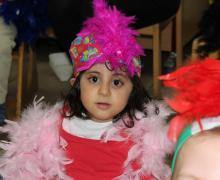 Verkleed meisje met roze boa en roze hoed
