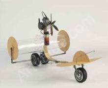 Een creatief weerstation gemaakt uit een plastic buis, hout en wieltjes