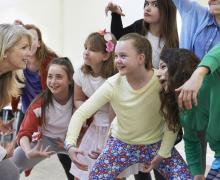 Kinderen bewegen en trekken gekke bekken