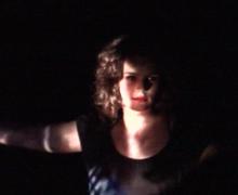 Vrouw poseert voor donkere experimentele foto