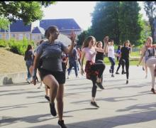 Leerlingen dansen
