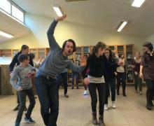 Leerlingen bewegen samen met Olivier en Timeau