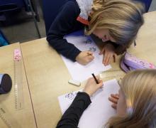 Kinderen tekenen gezichten met verschillende uitdrukkingen
