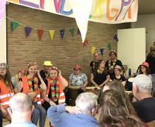 Verklede jongeren geven de percussievoorstelling voor de bewoners van Muylenberg