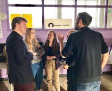 Minister Gatz in gesprek met enkele leerlingen