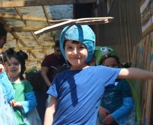 Jongen poseert met zelfgemaakte helikopter hoedje