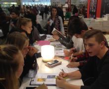 Leerlingen signeren eigen dichtbundel