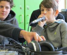 Jongen beatboxt in microfoon