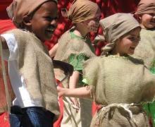 Kleuters verkleed in jutten kleren