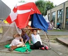 Leerlingen rusten in zelfgemaakt kamp
