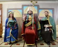 Leerkrachten verkleed als Maria, God en Johannes De Doper van het Lam Gods van Van Eyck