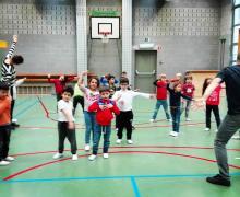 Kleuters dansen in sporthal