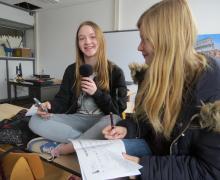 Meisje spreekt in microfoon tijdens interview