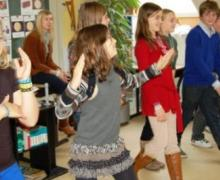 Kinderen dansen voor de klas