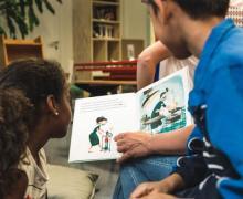 Kinderen lezen boek