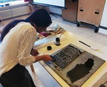 Meisje maakt een schilderij met zwarte inkt