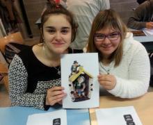 2 leerlingen poseren met foto van 2 kabouters