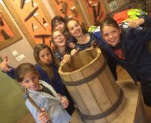 Leerlingen met houten ton