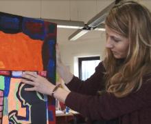 Meisje toont kleurrijke schilderij
