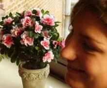 Roze bloemen en meisje