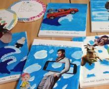 Experimentele schilderijen geïnspireerd door Magritte. Elk canvas werd blauw geschilderd, waarop dan een foto op geplakt werd.