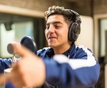 Jongen rapt in studio
