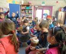 Kinderen spelen op muziekinstrumenten